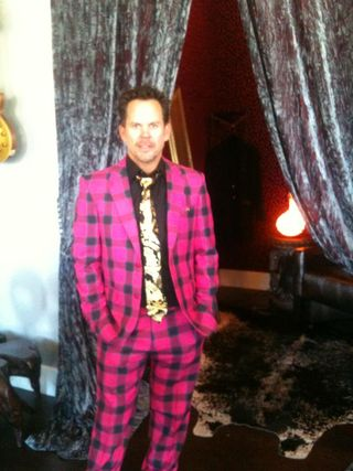 Gary Allan entertaining suit
