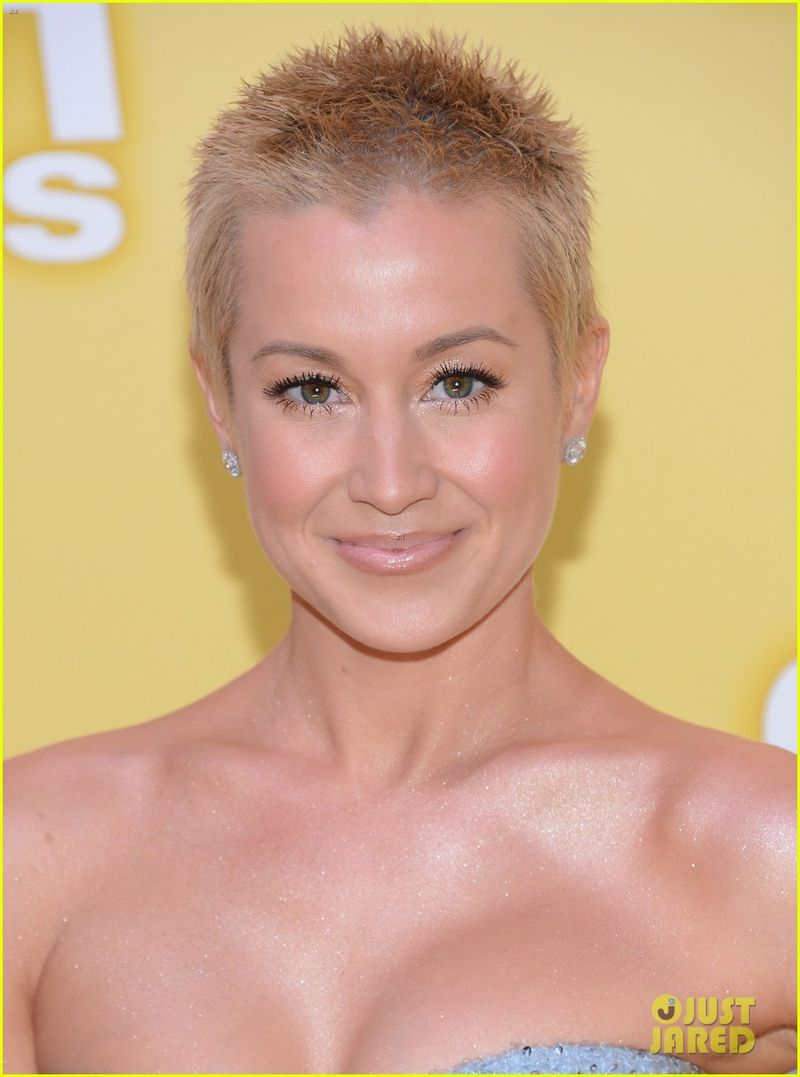 Kellie-pickler-cma-awards-2012-red-carpet-09