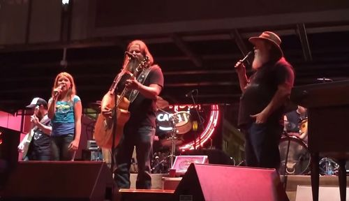 Jamey Johnson and family